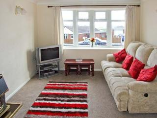 BASFORD VIEW, cosy holiday home, garden, close to amenities and walking, in Ched