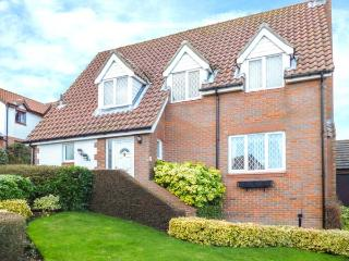 WOODLANDS, detached cottage, en-suite, conservatory, enclosed garden, in Scarborough, Ref 26519