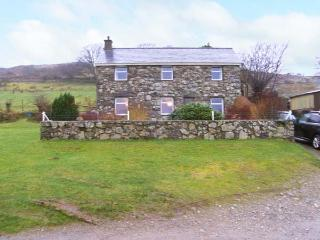 PANT GLAS, woodburner, pet friendly with an enclosed garden, in Garndolbenmaen,