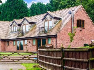 PARK VIEW LODGE, semi-detached cottage, in unspoilt countryside, en-suite, Shatterford