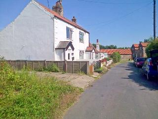 COSY COTTAGE, end-terrace, woodburning stove, WiFi, enclosed garden, in Withernsea, Ref 31196, Welwick