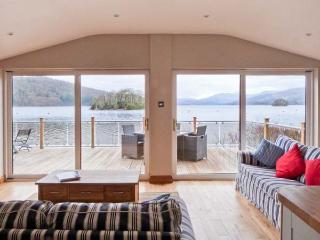 LODGE ON THE LAKE, beautiful lakeside position, en-suite, on-site facilities, superb lodge in Bowness, Ref. 31127