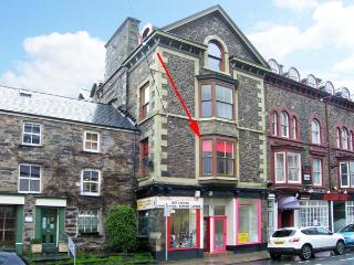 PENDRAIG BACH, ground floor apartment, central location, distant estuary views, in Barmouth, Ref 903902