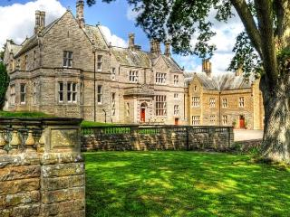THE HALL, luxury stately home in stunning grounds, open fires, games room, en-su