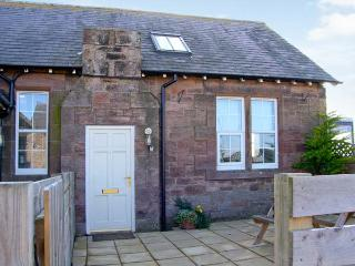 BEDE APARTMENT, stone-built conversion, mezzanine bedroom, patio, in Beal near Holy Island, Ref 904062