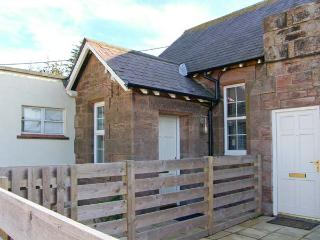 AIDAN APARTMENT, stone-built conversion, mezzanine bedroom, off road parking, patio, in Beal near Holy Island, Ref 904066