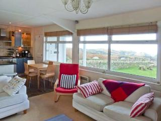 OCEAN RETREAT, dog-friendly, WiFi, Sky TV, distant sea views, cottage near Tintagel, Ref. 904228, Lower Trengale