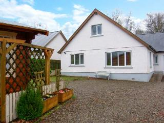 VALLEY VIEW, detached house, summerhouse with pool table, woodland views, family accommodation, near Llandysul, Ref 904305