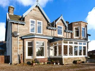 ALVEY HOUSE, superior Victorian-styled villa, open fire, off road parking, enclosed garden, in Newtonmore, Ref 904495
