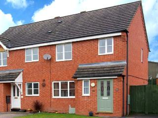 10 FRIARS FIELD, town centre cottage, cosy accommodation, great touring base, garden, in Ludlow, Ref 904586