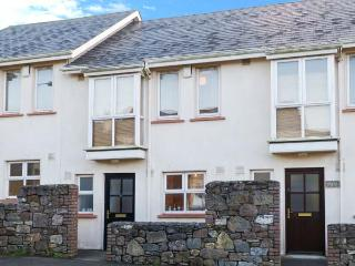 9 SHEPHERD'S WALK, cosy pet-friendly cottage close to beach, patio, near shops, Duncannon