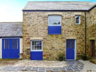 WHEAL HONEY, cosy terraced cottage, underfloor heating, country views, St Newlyn