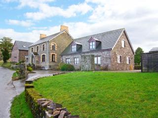 TYMAWR COACH HOUSE, detached cottage, en-suites, wonderful Brecon Beacon views, off road parking, in Llangorse, Ref 905020