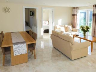 THE POOL HOUSE, wet room, WiFi, pet-friendly, ground floor accommodation in Filey, Ref. 905039