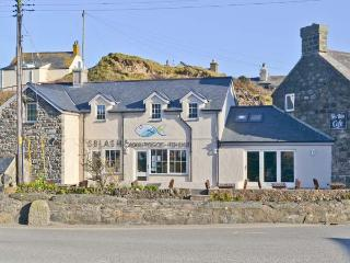 TAN BRYN 2, modern apartment, enclosed patio, sandy beach opposite, in Aberdaron, Ref. 905065
