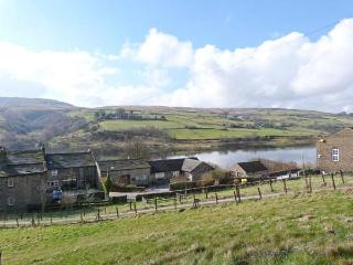 RESERVOIR VIEW, WiFi, pet-friendly, superb end-terrace cottage in Oxenhope, Ref.