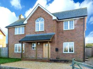 TUPPENCE COTTAGE, coastal cottage, en-suite, off road parking, enclosed garden, in Yarmouth, Ref 905414, Shalfleet