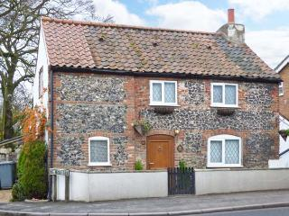 1 FAKENHAM ROAD, detached cottage, woodburner, Jacuzzi bath, Ref. 905524