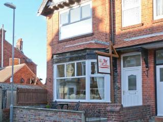 THE ROBINS, en-suite, pet-friendly, enclosed courtyard, close to amenities, in Filey, Ref. 906087