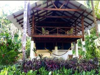 Intimate home in front of Matapalo surf break, Cabo Matapalo