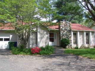 RANCH HOME/WALK TO LAKE, BOOK NOW FOR DECEMBER HOLIDAYS ALSO LONG TERM JAN-APRIL, Asheville