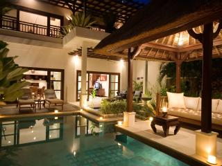 Villa MELATI ~ 20 Steps to Vibrant Shopping & Restaurants !  Located Superbly
