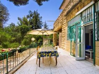 Authentic Ground Floor 2 Bdr/2 Bthrm with Garden, Jerusalem