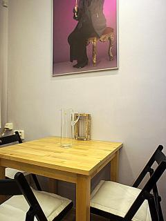 the cosily furnished room with a dining table
