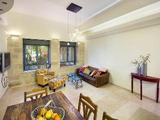 Amazing Ground Floor 3 Bdr Apt - Great Location!, Jerusalén