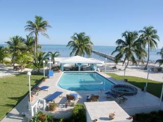 A6: Beachfront with verandas, pool, bikes & kayaks, San Pedro