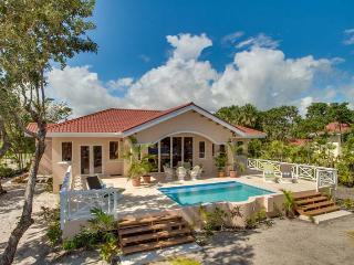 New Finely Finished 2BR Beach Villa with Pool, Placencia