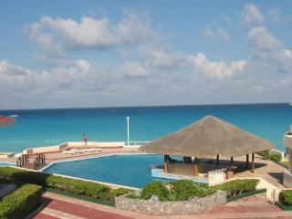 BEACH FRONT SUITE IN THE HOTEL ZONE SUPER PRIC!E!!, Cancun