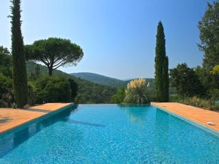 St Tropez / Gassin Villa with Huge Pool, Sleeps 14 Prs, 3 Hctr gated property
