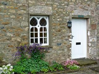WOODBINE COTTAGE, family-friendly, character holiday cottage, with a garden in, Kirkby Lonsdale