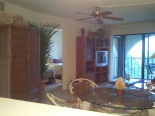 Great top floor unit with stylish decor in quiet Resort building, Marco Island