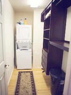 Spaziergang im Schrank mit Waschmaschine und Trockner zur Verfügung