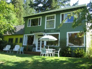 McKenzie River Inn Bed & Breakfast and Cabins, in the heart of the Oregon Cascades, Vida
