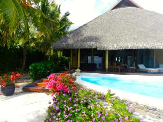 Pool and Beach villa by ENJOY VILLAS, Maharepa