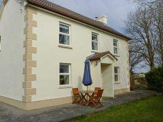 TIGH DARBY, detached, near seaside village, off road parking, garden, in Spiddal