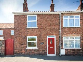 FISHER COTTAGE, woodburner, pet-friendly with an enclosed garden, in Hornsea