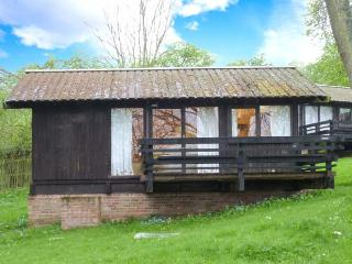 HAZEL CHALET, pet-friendly, off road parking, quirky lodge near Ampleforth, Ref.
