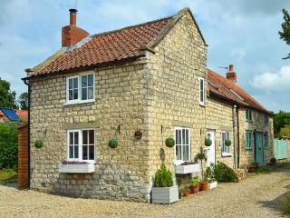 GREAT HABTON COTTAGE, pet-friendly, WiFi, great touring location, period cottage
