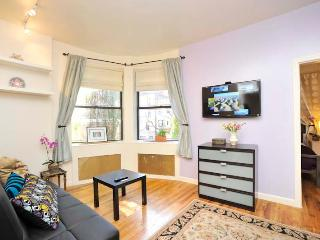 Odyssey UWS Town House 1 Bedroom- Sunny & Bright, New York City