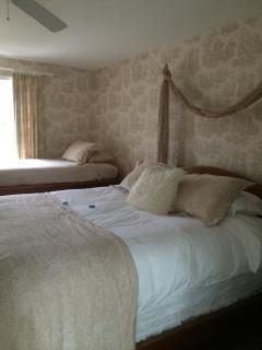 master bedroom: queen and twin beds