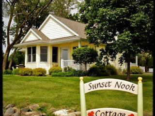 Sunset Nook Cottage: On Lake, Charming, Sunsets, Boat Slip, Near Downtown!, alquiler de vacaciones en Green Lake