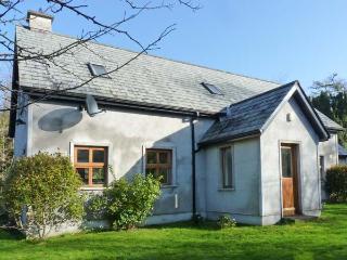 NIRE VALLEY RIVER COTTAGE, riverside cottage, woodburner, en-suite, near Ballymacarbry, Ref 905647