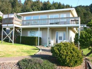 147 SURF AND SAND - Amazing few, hot tub, WiFi, deck and giant yard!, Lincoln City