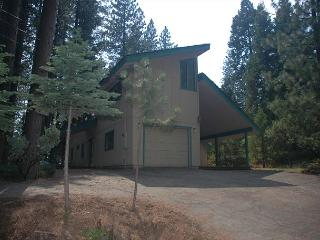 Spencer Cabin - fit the whole ski team! 4 bedrooms, 3 bathrooms, sleeps 12.