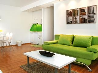 New, modern apt. close to all major sights - Green, free parking