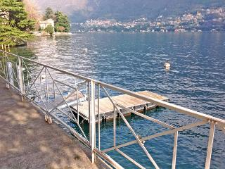 Liberty Villa with private docks for boats., Laglio